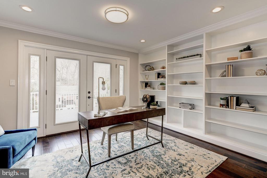 Office area w/wall of built-in bookcases - 6626 31ST PL NW, WASHINGTON