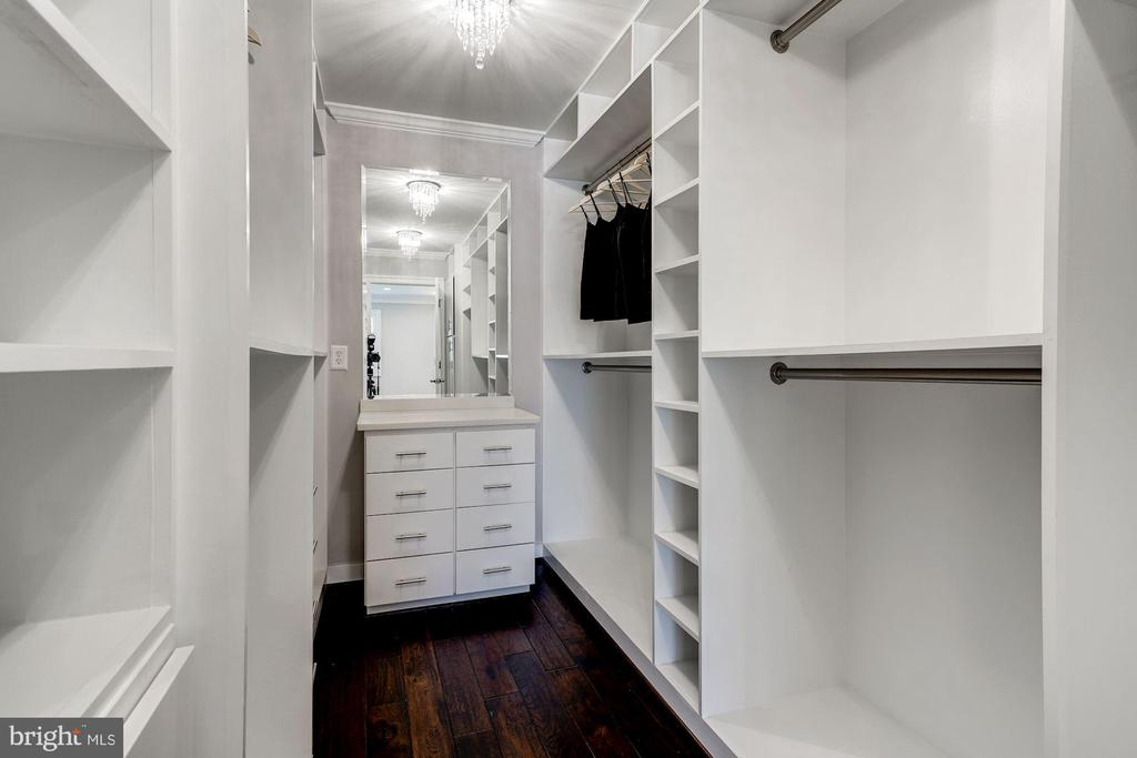 Huge walk-in master closet w/built-ins - 6626 31ST PL NW, WASHINGTON