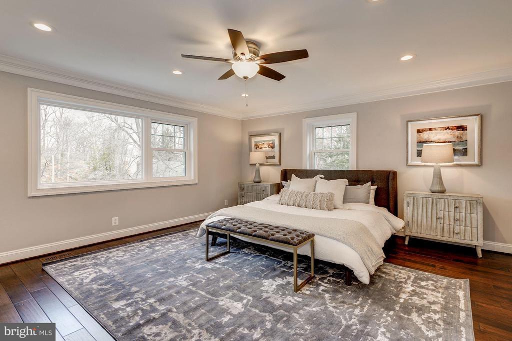 Spacious master suite w/private bath - 6626 31ST PL NW, WASHINGTON