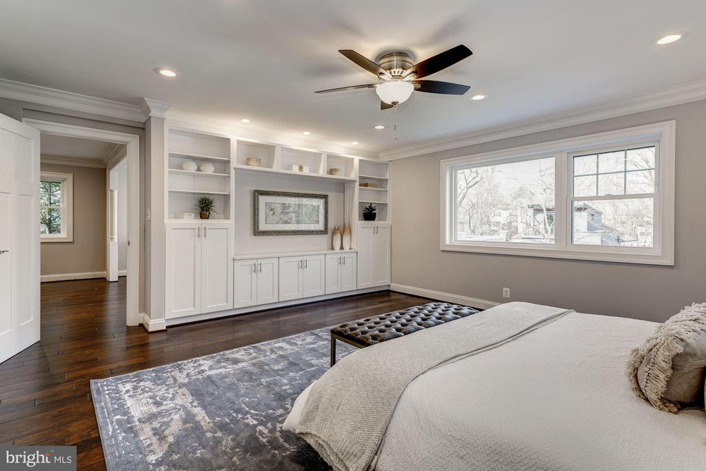 Master suite w/built-in cabinets - 6626 31ST PL NW, WASHINGTON