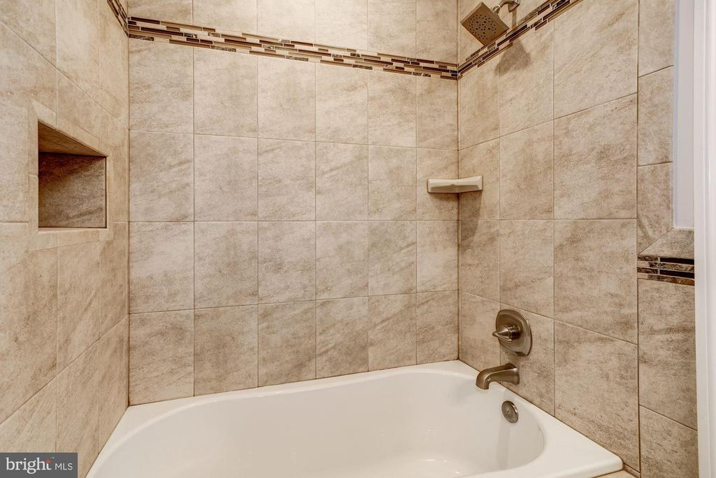 Hall bathroom detail - 6626 31ST PL NW, WASHINGTON