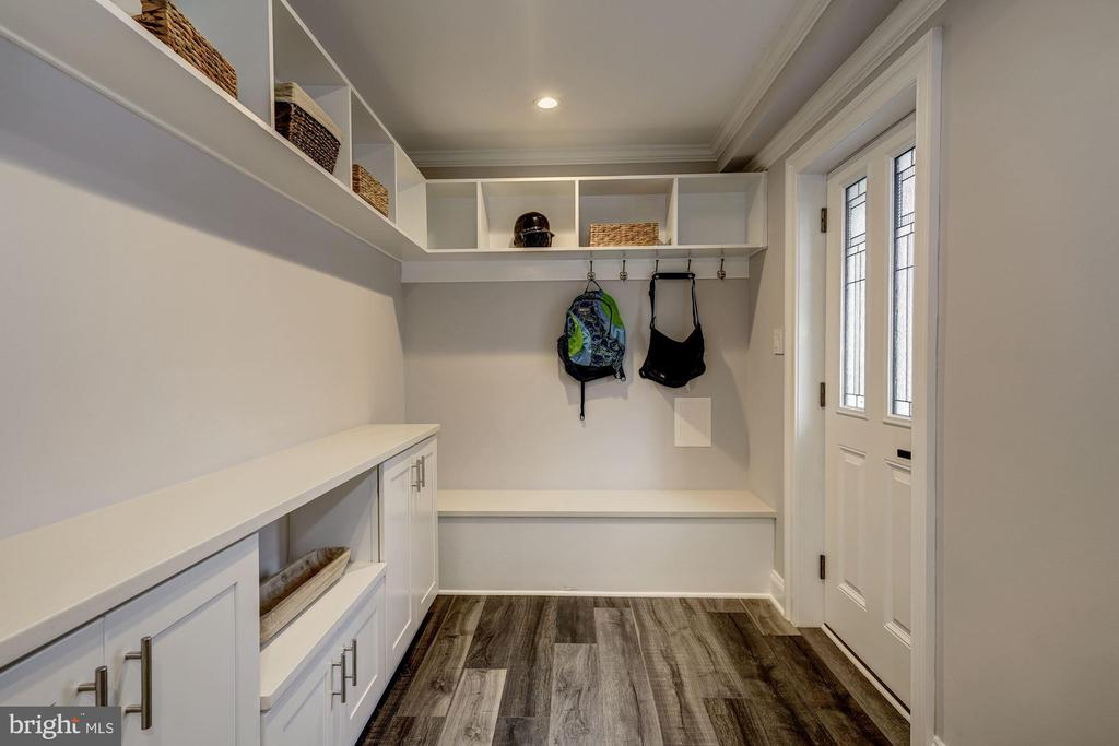 Large mud room - a must on everyone's list - 6626 31ST PL NW, WASHINGTON