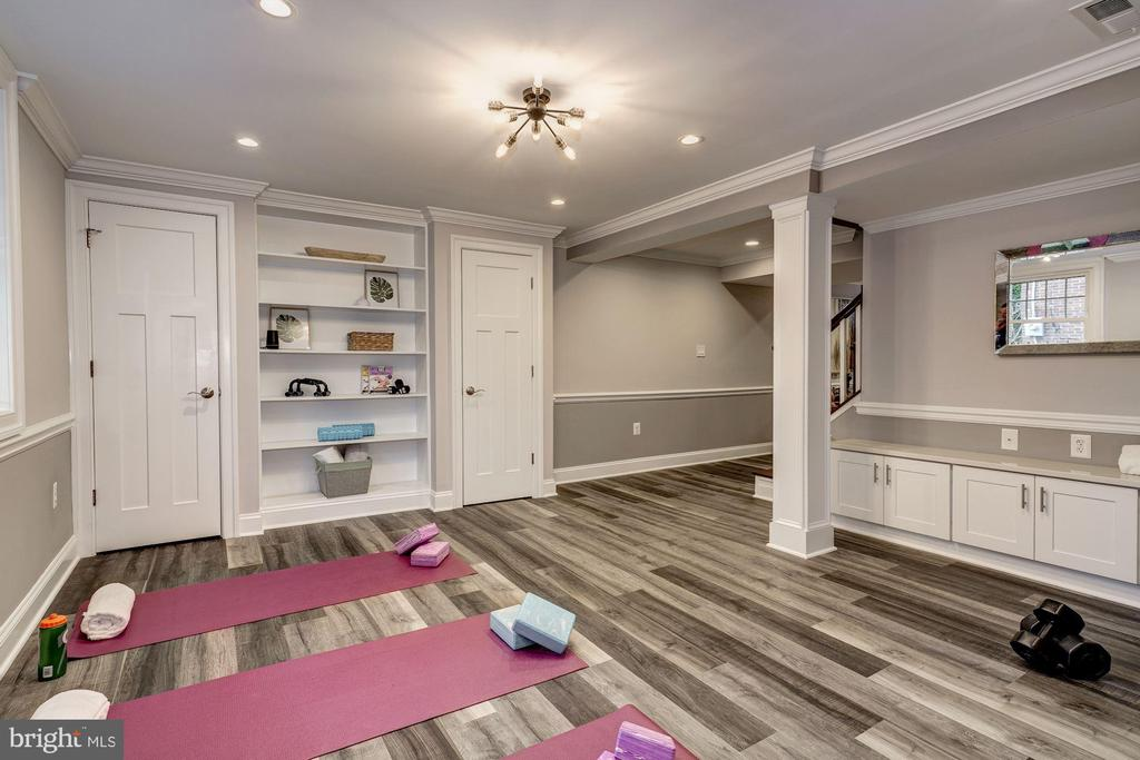 Lower level exercise area w/lots of built-ins - 6626 31ST PL NW, WASHINGTON