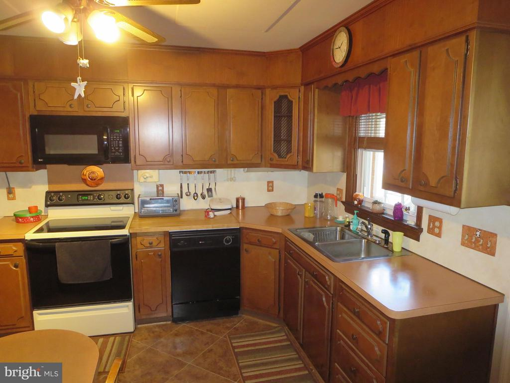 Kitchen with upgraded cabinets - 215 BROAD ST, MIDDLETOWN