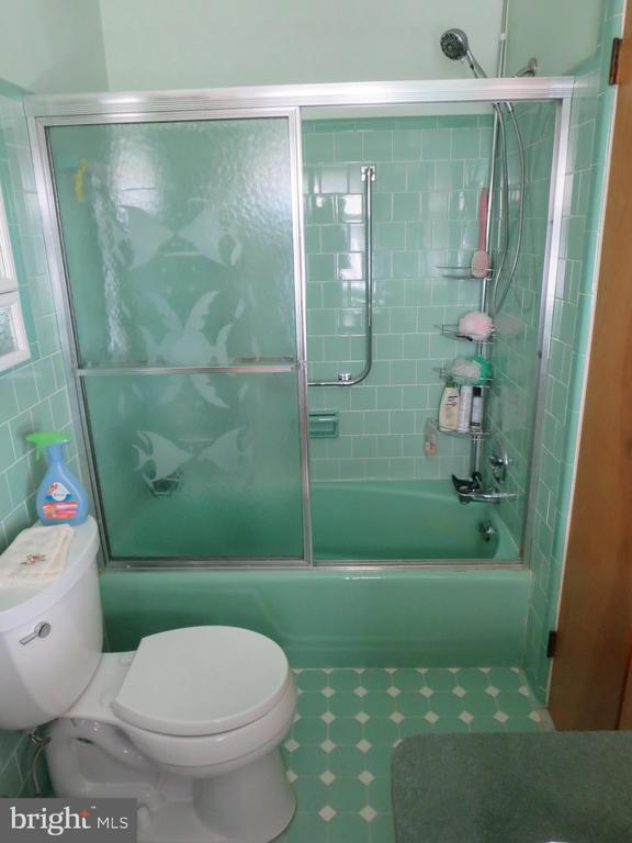 Shared bath between Bedrooms 1 and 2 - 215 BROAD ST, MIDDLETOWN