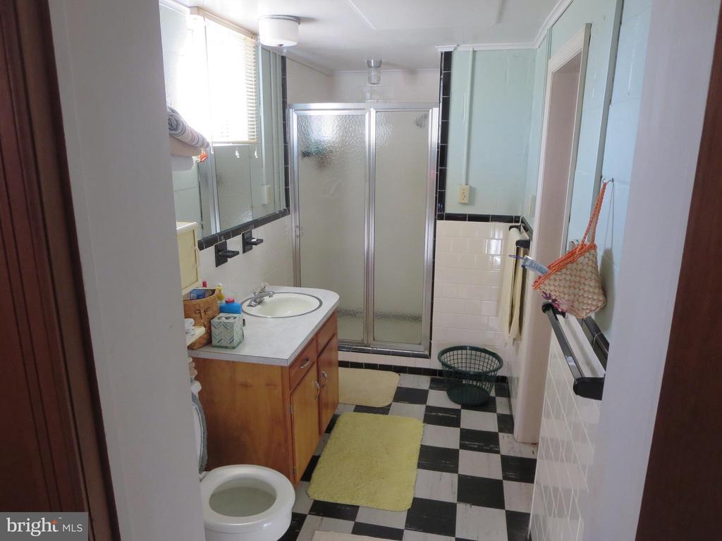 Full bath in basement - 215 BROAD ST, MIDDLETOWN