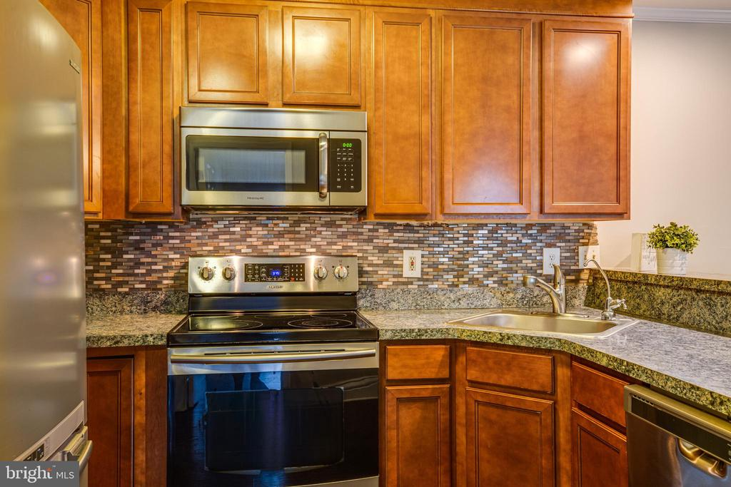 Lots of counter space in this condo kitchen! - 302 GROSVENOR LN #3, STAFFORD