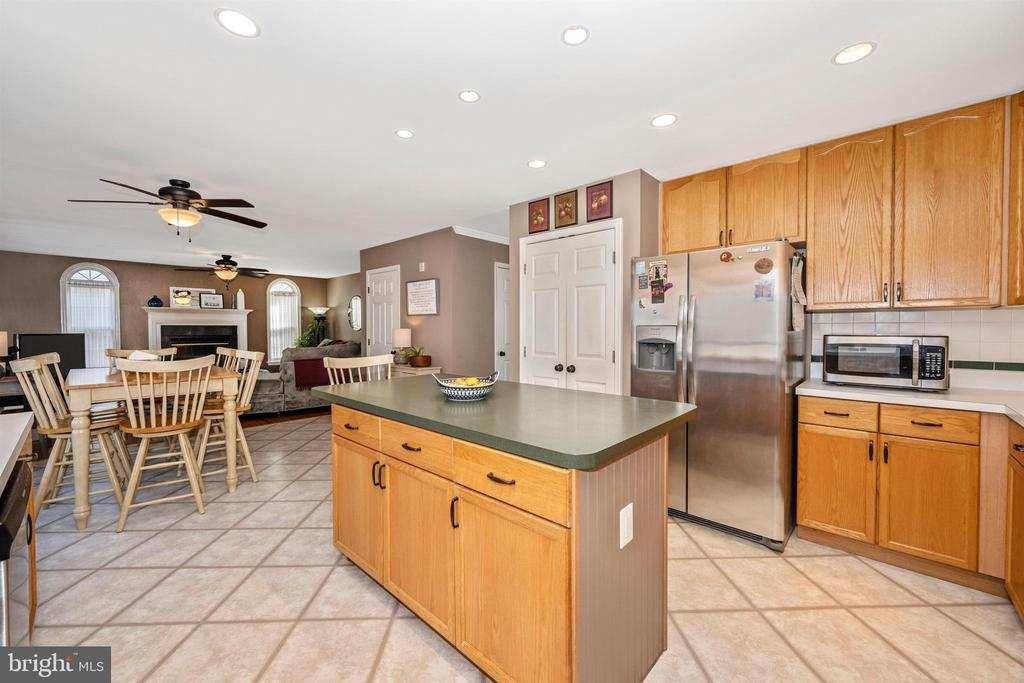 Kitchen w/ Island & Stainless Steel Appliances - 111 CROSSTIMBER WAY, FREDERICK