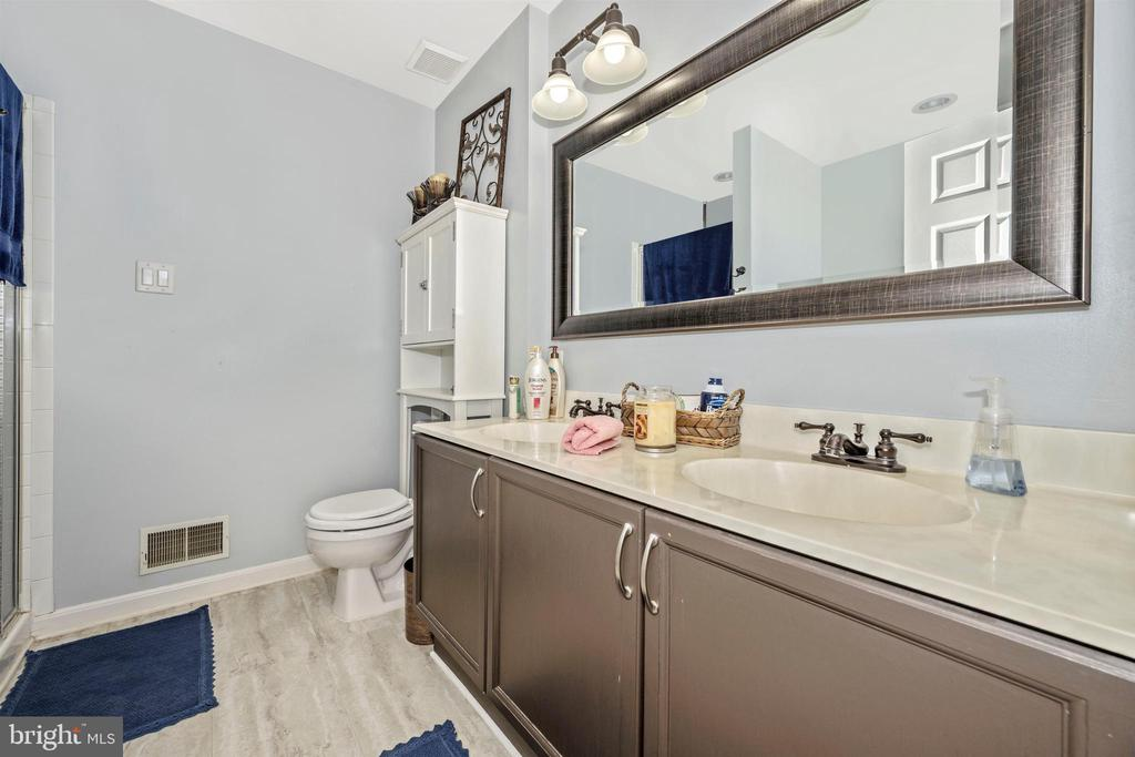 Master Bathroom w/ Dual Vanity - 111 CROSSTIMBER WAY, FREDERICK