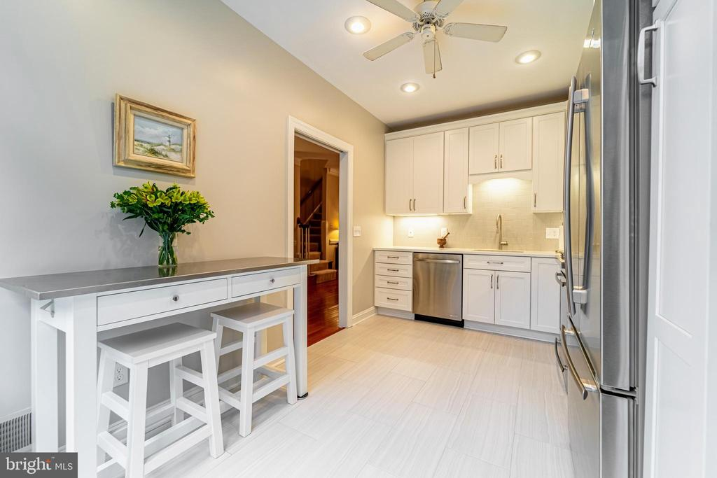 Renovated kitchen w/top of line appliances - 3910 BARCROFT MEWS CT, FALLS CHURCH