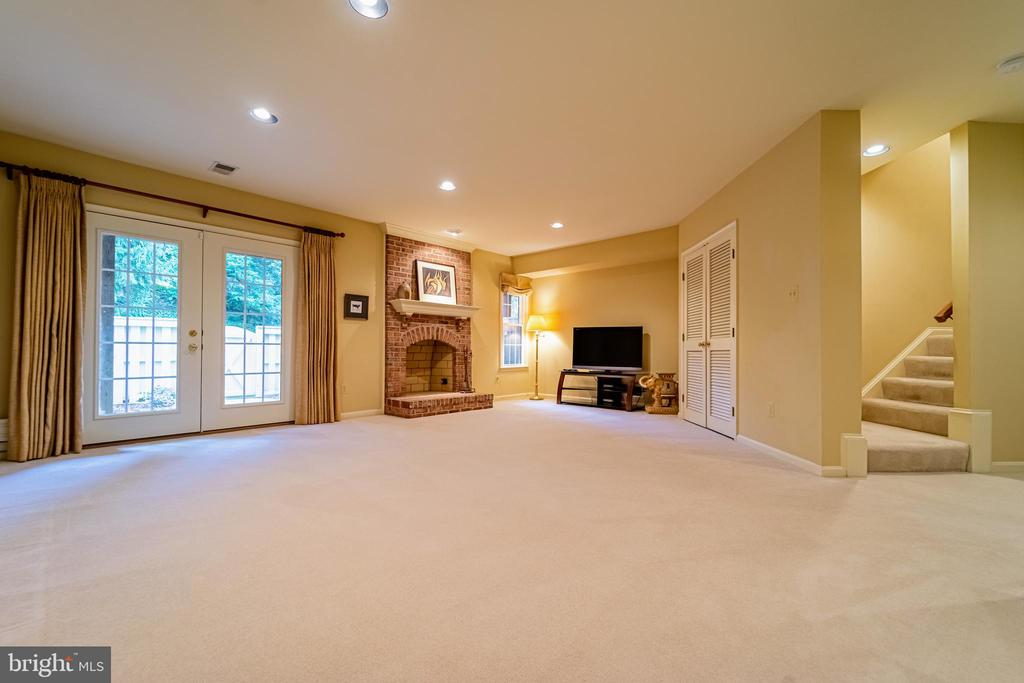 Large space for entertaining - 3910 BARCROFT MEWS CT, FALLS CHURCH