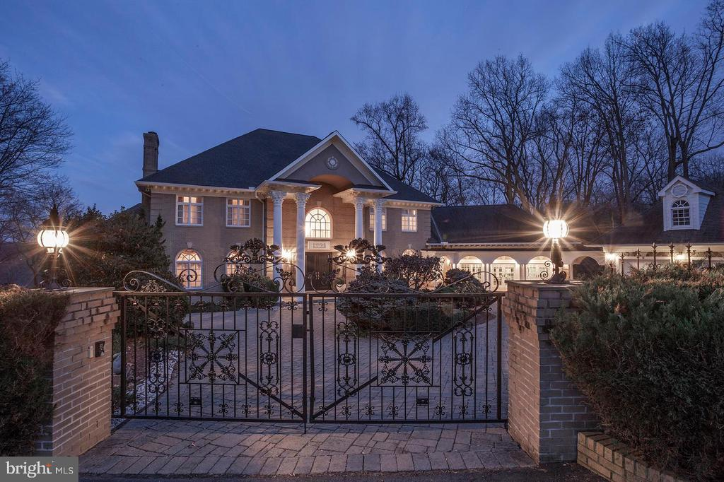 Gated Entry - 703 POTOMAC KNOLLS DR, MCLEAN