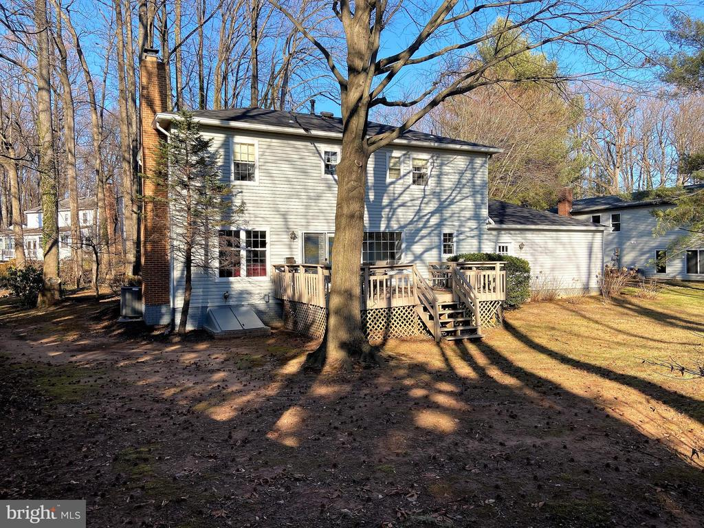 Great back yard - 6935 COLBURN DR, ANNANDALE