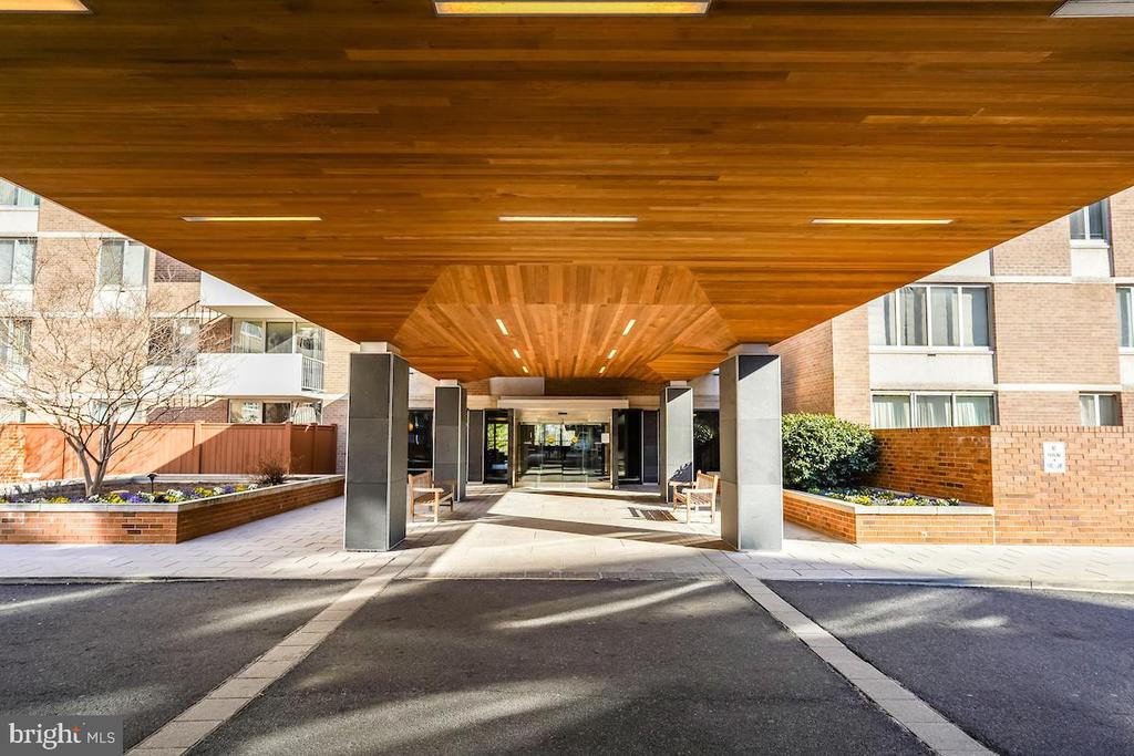 Elegant entrance to Van Ness East Condominium - 2939 VAN NESS ST NW #530, WASHINGTON