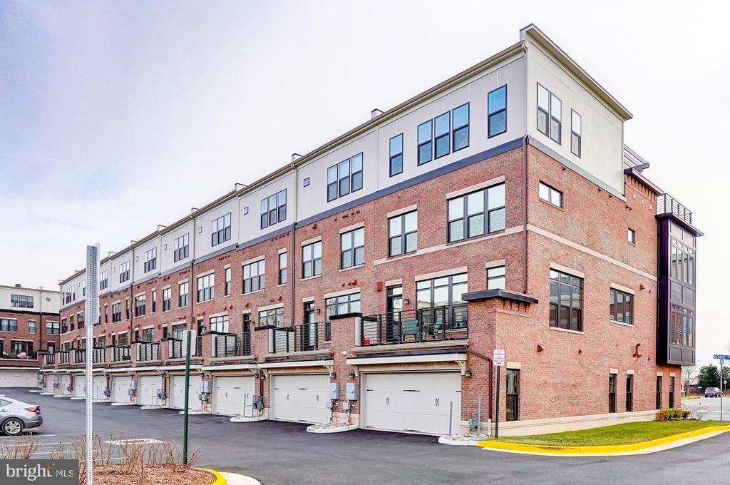 Parking garages - 42388 SOAVE DR, BRAMBLETON