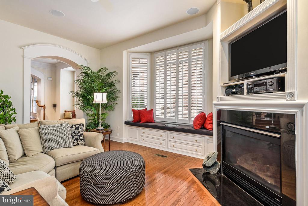 Window seat and gas fireplace in the family room - 18215 CYPRESS POINT TER, LEESBURG