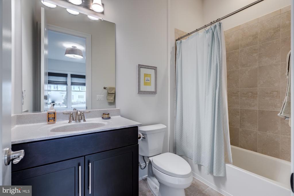 En-suite bath for Bedroom #2 - 23734 HEATHER MEWS DR, ASHBURN