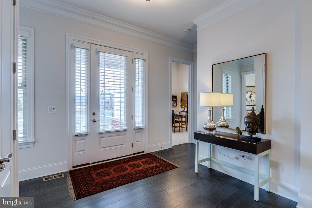 Inviting entry with  lots of natural light - 23734 HEATHER MEWS DR, ASHBURN