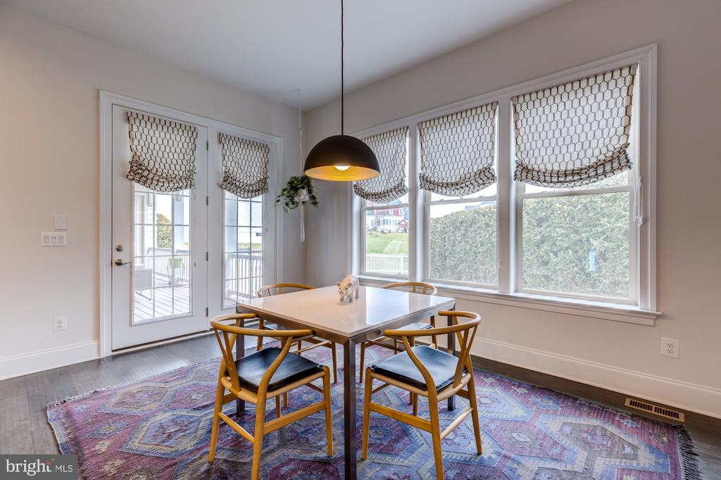 Sun drenched breakfast room leading to rear deck - 23734 HEATHER MEWS DR, ASHBURN