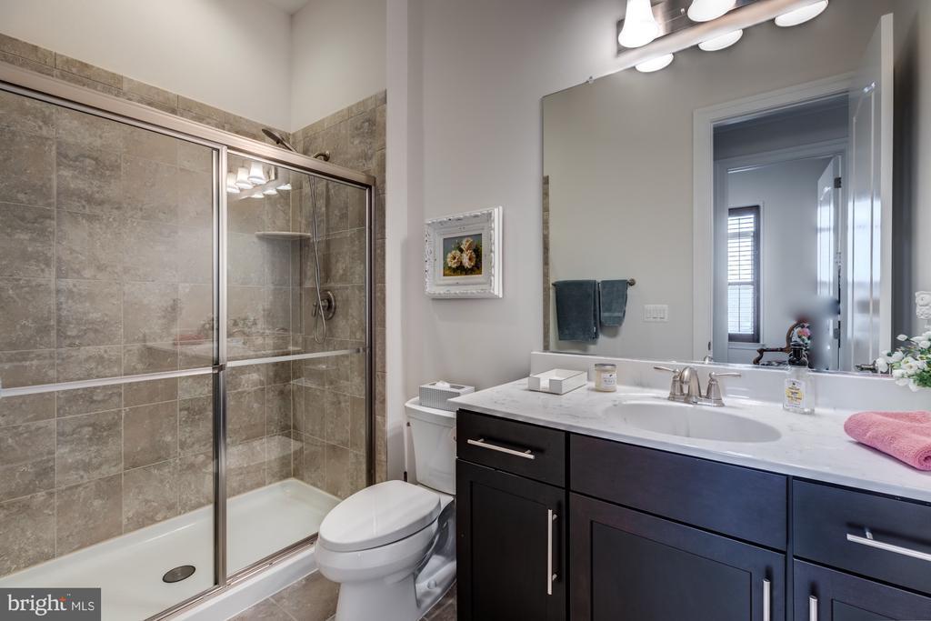 En-suite bath for Bedroom #3 - 23734 HEATHER MEWS DR, ASHBURN