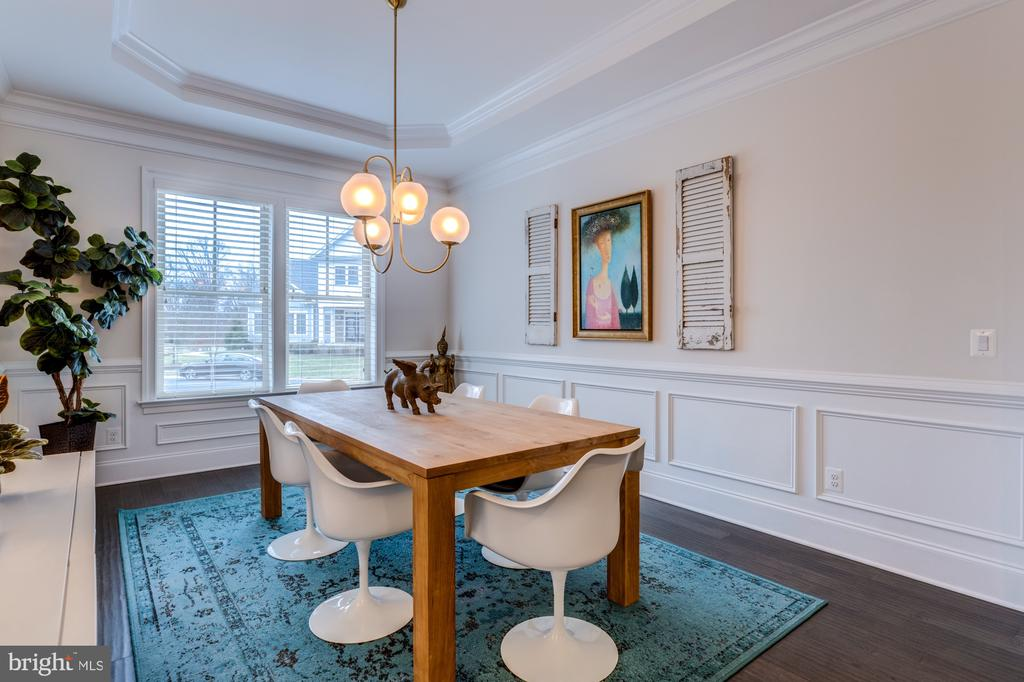 Tray ceiling and detailed finishes in dining room - 23734 HEATHER MEWS DR, ASHBURN