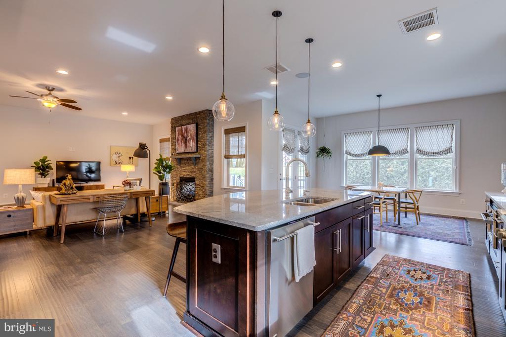 Open concept living perfect for gatherings - 23734 HEATHER MEWS DR, ASHBURN