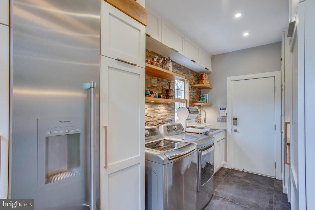 Mudroom, pantry, laundry blend effortlessly. - 12060 ROSE HALL DR, CLIFTON
