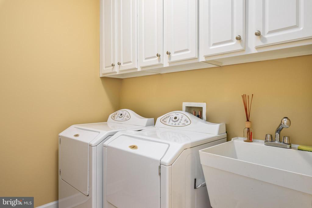 Upper level laundry room with sink - 18215 CYPRESS POINT TER, LEESBURG