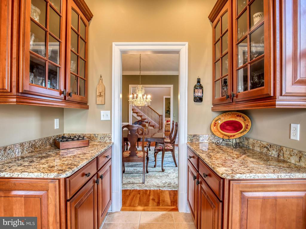 Butler's Pantry - 641 STONYMEADE DR, WINCHESTER