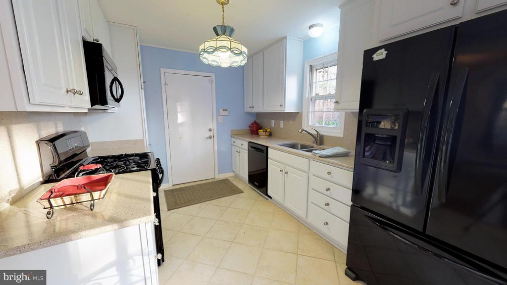 Kitchen remodeled in 2014 - 6935 COLBURN DR, ANNANDALE