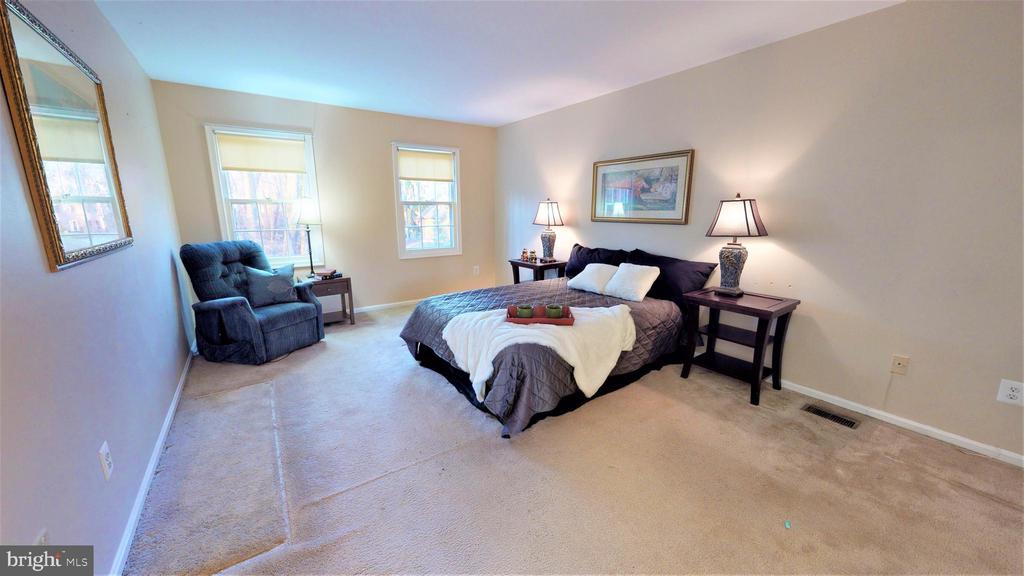 Large master bedroom - 6935 COLBURN DR, ANNANDALE