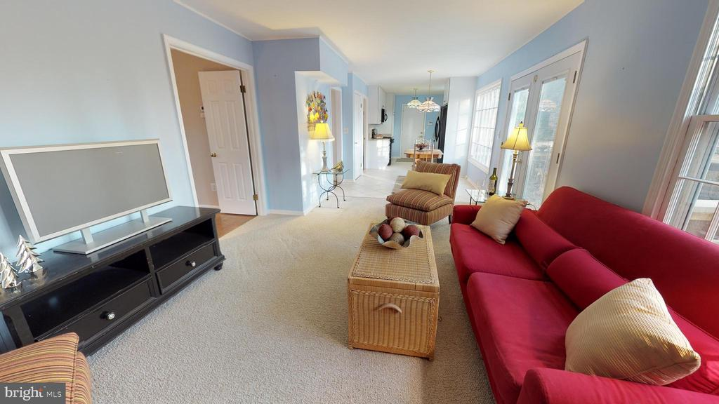 Bright, open living spaces - 6935 COLBURN DR, ANNANDALE