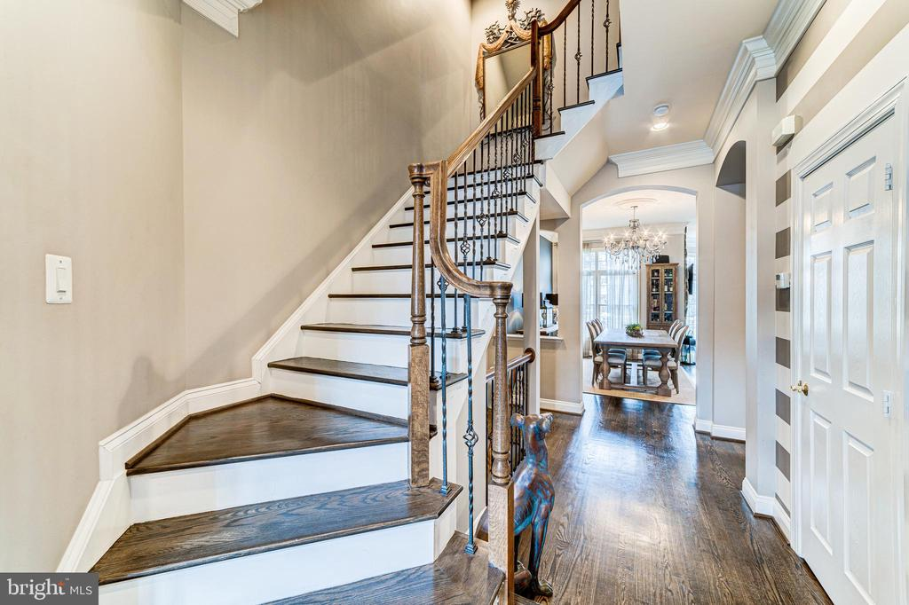 Elegant cocoa-colored hardwoods through main level - 18212 CYPRESS POINT TER, LEESBURG