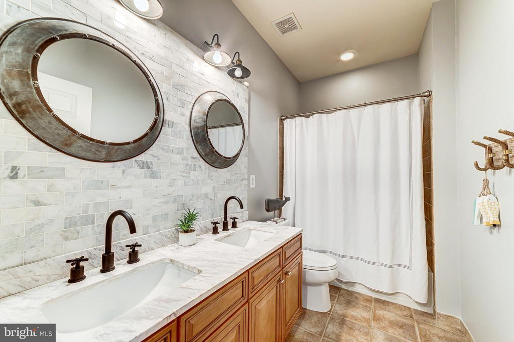 Recently upgraded hall bath with all new fixtures - 18212 CYPRESS POINT TER, LEESBURG