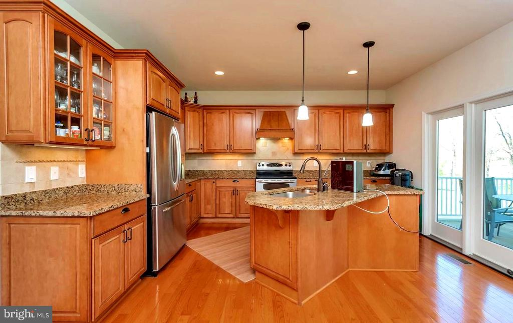KITCHEN  W/GRANITE COUNTERS & SS APPLIANCES - 26515 PENNFIELDS DR, ORANGE