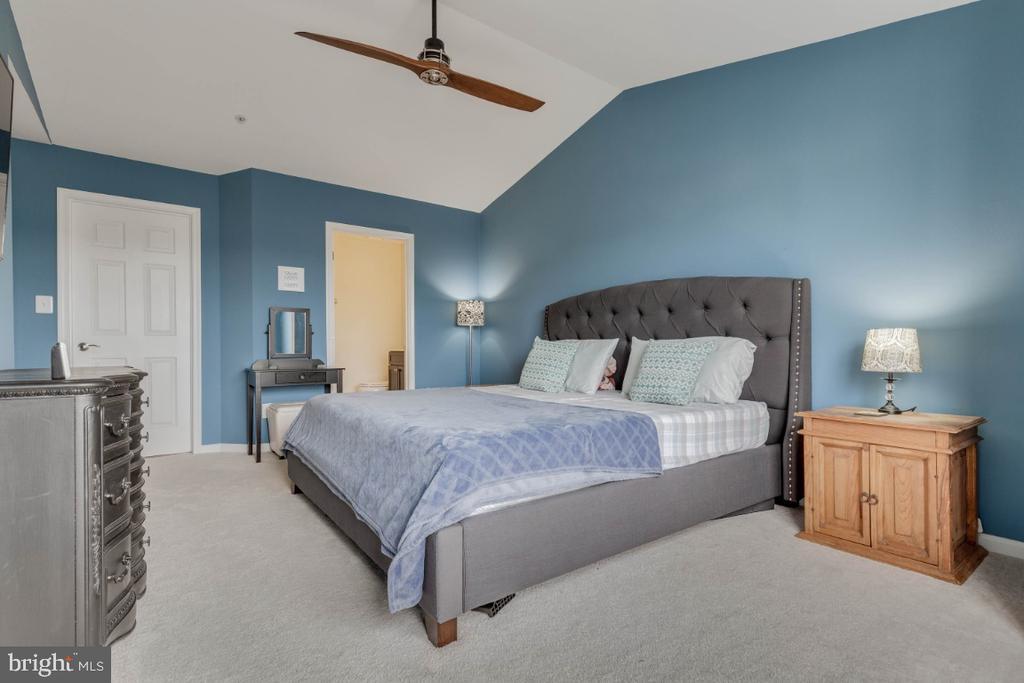 Master bedroom with walking closet - 10998 KOMAN CIR #304, MANASSAS