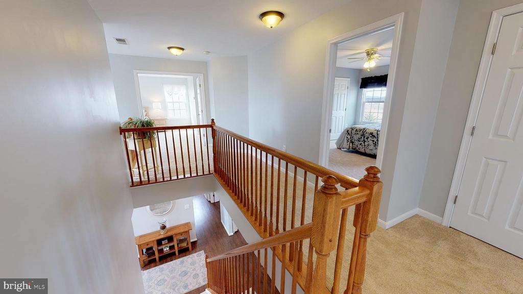 Sun-filled upper hall with overlook to foyer - 429 AUTUMN CHASE CT, PURCELLVILLE