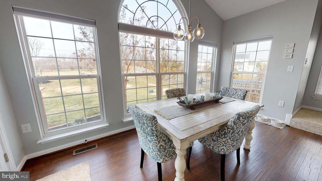 Window-filled morning room - 429 AUTUMN CHASE CT, PURCELLVILLE