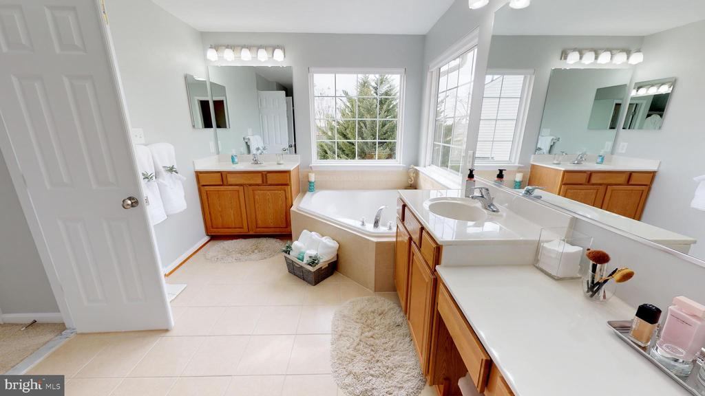 Large ensuite bath with dual vanities - 429 AUTUMN CHASE CT, PURCELLVILLE