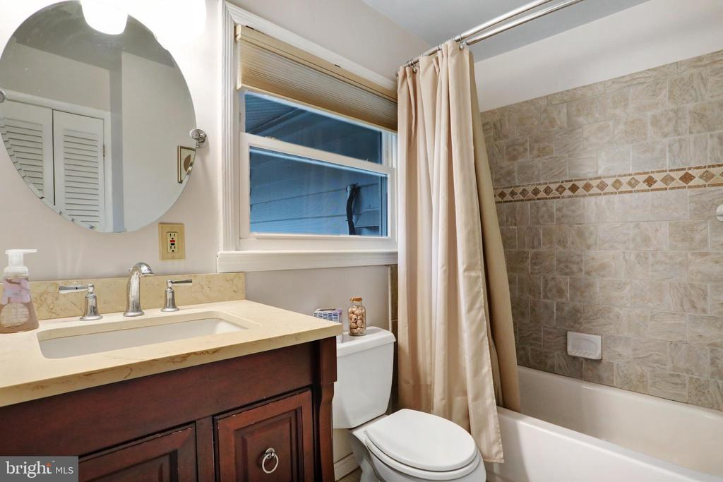 Updated Master Bath - 45550 LAKESIDE DR, STERLING