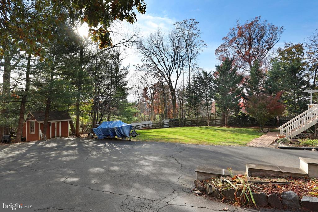 Lots of room for guest parking - 45550 LAKESIDE DR, STERLING