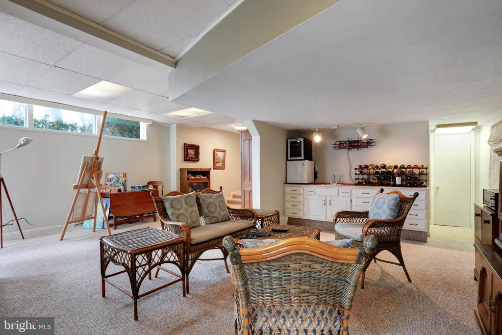 Family Room with a wet bar - 45550 LAKESIDE DR, STERLING