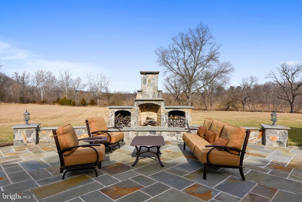 Outdoor Fireplace - 19852 SOMERCOTE LN, LEESBURG
