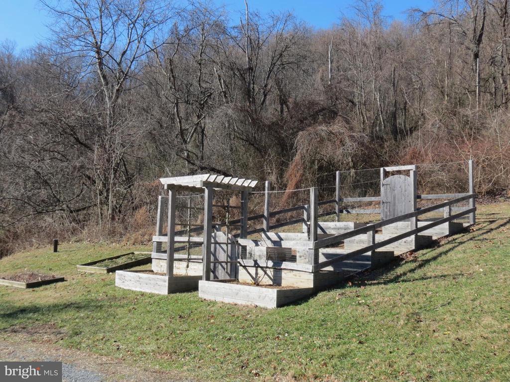 Fenced raised garden beds of cedar - 335 FODDERSTACK RD, WASHINGTON