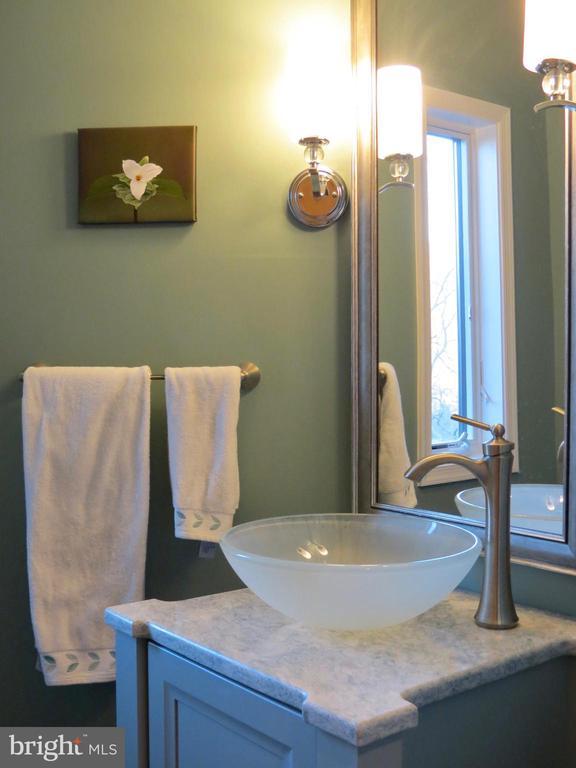 Half bath for guests off front foyer - 335 FODDERSTACK RD, WASHINGTON