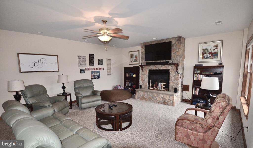 Family room, with ceiling fan. - 15805 BREAK WATER CT, MINERAL