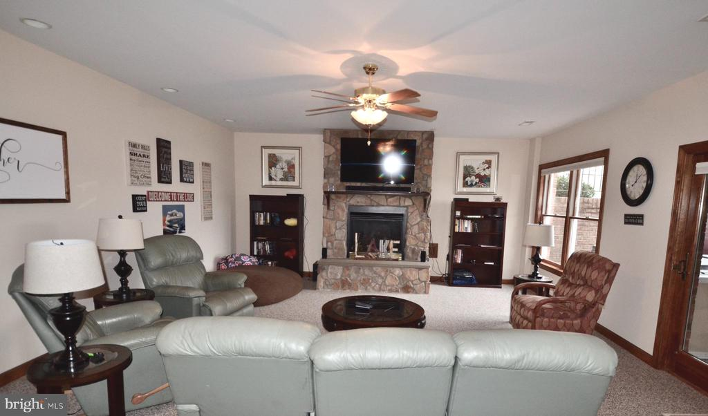 Big enough to fit large furniture. - 15805 BREAK WATER CT, MINERAL