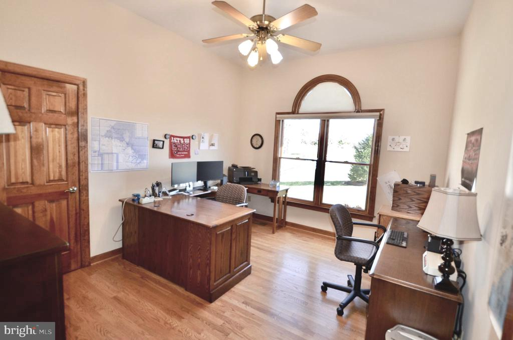 Office/bedroom  with large walk in closet. - 15805 BREAK WATER CT, MINERAL
