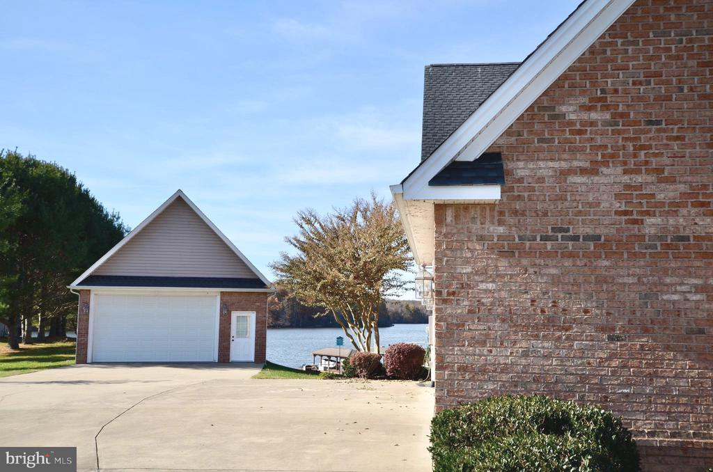 Detached oversized car garage, and large driveway. - 15805 BREAK WATER CT, MINERAL