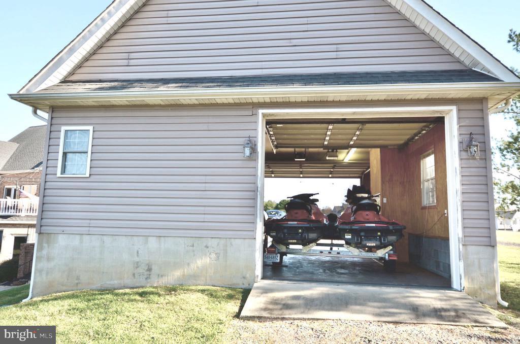 Front & back door opening to store boat - 15805 BREAK WATER CT, MINERAL